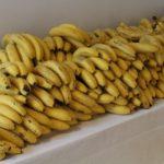 Ein kompletter Tisch bestückt mit reifen Bananen