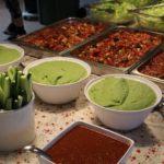 Rohvegane Chili sin carne sowie Avocadodip und Gurkensticks auf dem Buffettisch